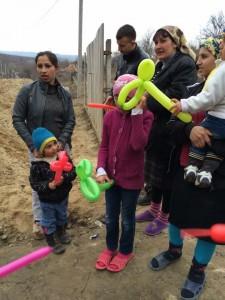 Romska barn får balonger